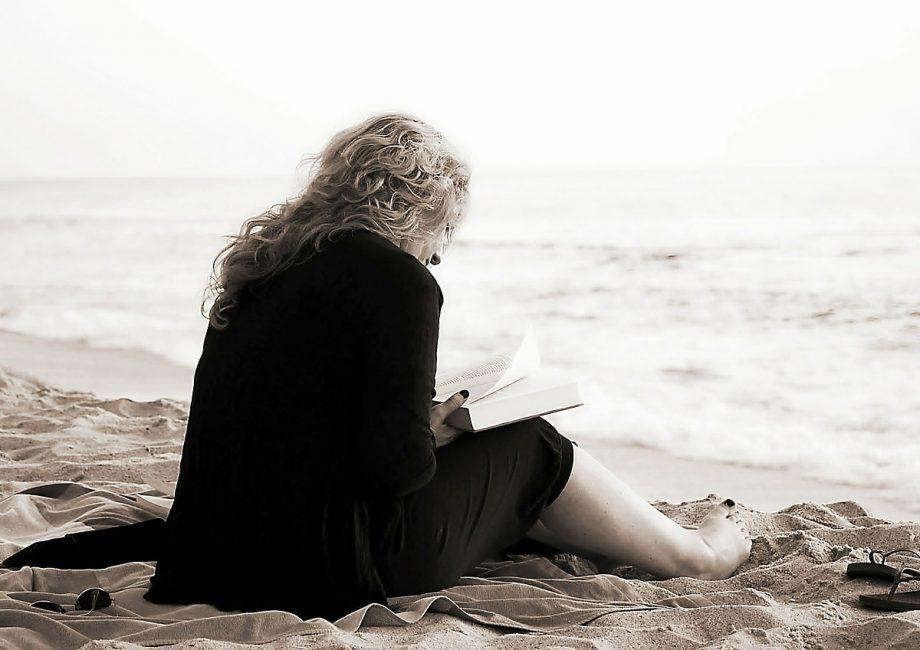 une femme qui lit un roman sur la plage